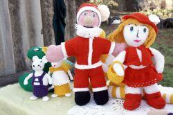 Вот таких симпатичных Деда Мороза и Красную Шапочку связала местная мастерица Оксана Викторовна Вершинина