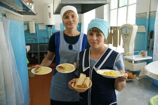 Вкусной и здоровой пищей всегда накормят учеников в школьной столовой повара Ольга Тимошенко и Евгения Шныркова