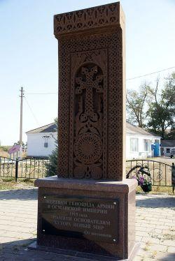 У памятника основателям хутора проходят митинги