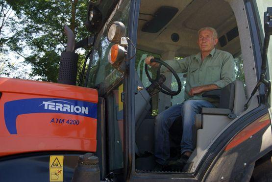 Владимир Кривошеев работает на опрыскивателе, ведет уход за посевами сельхозкультур