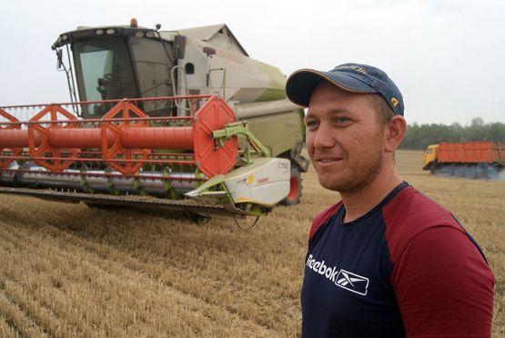 У 33-летнего механизатора Дмитрия Купина небольшой стаж работы в ОАО «Кубань», но за это время молодой человек зарекомендовал себя как добросовестный земледелец, которому можно доверить и сев, и уборку урожая, и подготовку почвы