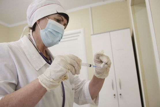 Фельдшер ФАПа поселка Малокубанского Наталья Марадудина проводит вакцинацию от коронавируса жителей трех населенных пунктов, расположенных на ее участке.