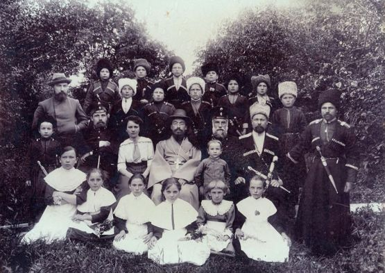 1916 год. Атаман станицы Ильинской Яков Устинович Лозовский  (второй ряд, второй справа). В центре — священник Милованов